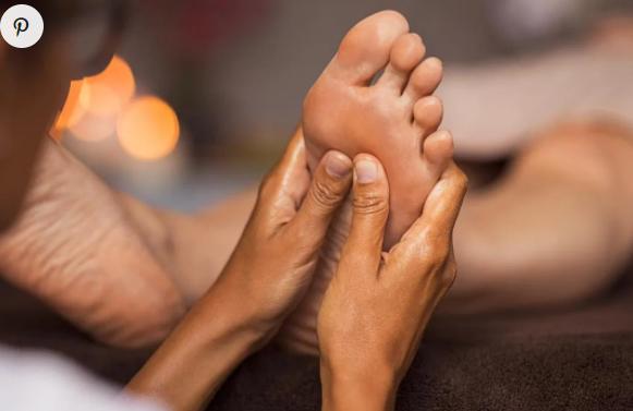 Comment faire un massage de réflexologie plantaire ?