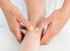 Mouvements circulaires supérieurs et latéraux massage pieds techniques réflexologie